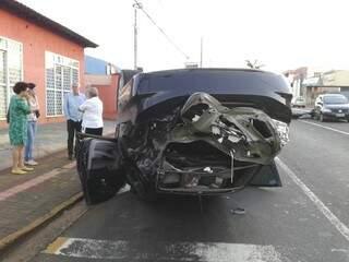 O Honda Civic ficou totalmente destruído. (Foto: Viviane Oliveira)