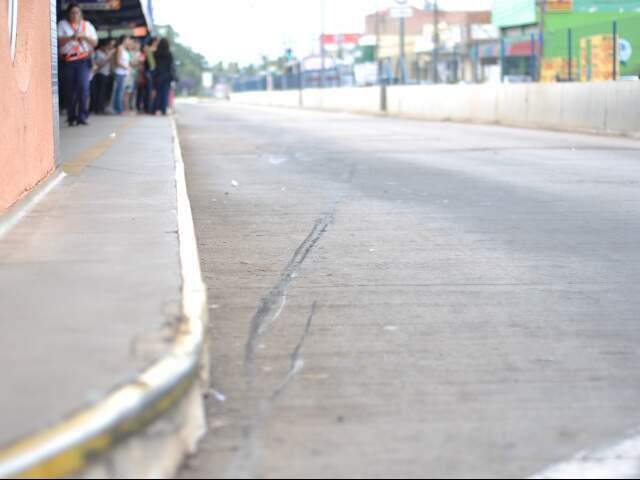 Marcas de frenagem deixada por veículo em terminal (Foto: Marlon Ganassin)