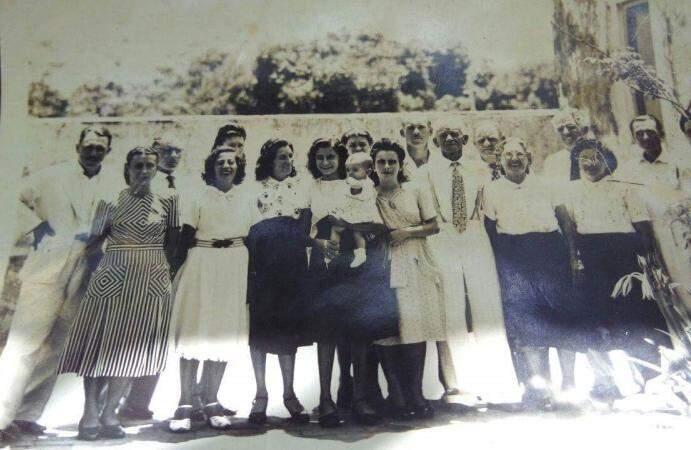 Junto dos filhos e netos, dona Bíla é a senhorinha de branco e óculos redondinho.