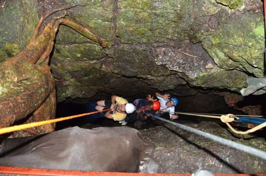 A descida de rapel é a única maneira para acessar e se aventurar a conhecer o interior da caverna subterrânea (Foto: Ecoadventure)