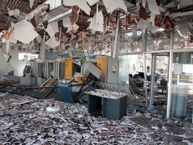 Banco do Brasil em Sonora, foi assaltado em abril e bandidos usaram explosivos e destruíram a agência. (Foto: Polícia Civil)