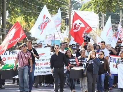 Servidores federais em greve fazem manifestação e passeata na Capital
