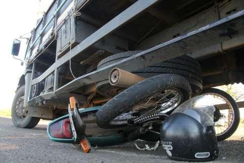 Motociclista fica ferido após colidir com caminhão em rotatória na BR-163