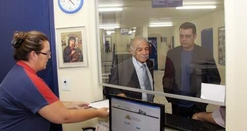 Advogado Jesus Sobrinho ao lado de Flavio Cesar esta tarde na Câmara (Foto: Izaias Medeiros)
