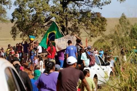 Temendo outro ataque, índios correm com caixão nos braços em fazenda
