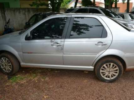Carro roubado após execução é abandonado por pistoleiros em fuga