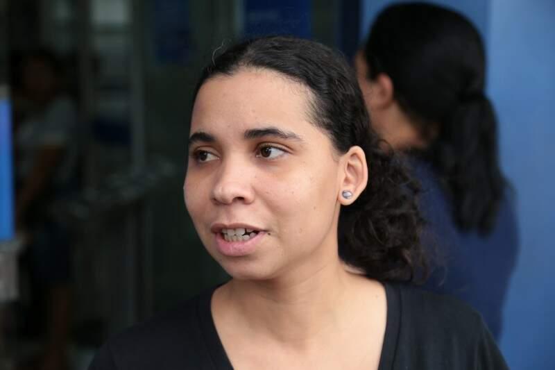 A estudante Renata Zaparolli foi ao banco tentar sacar o fundo, mas não estava liberado.  (Foto: Fernando Antunes)