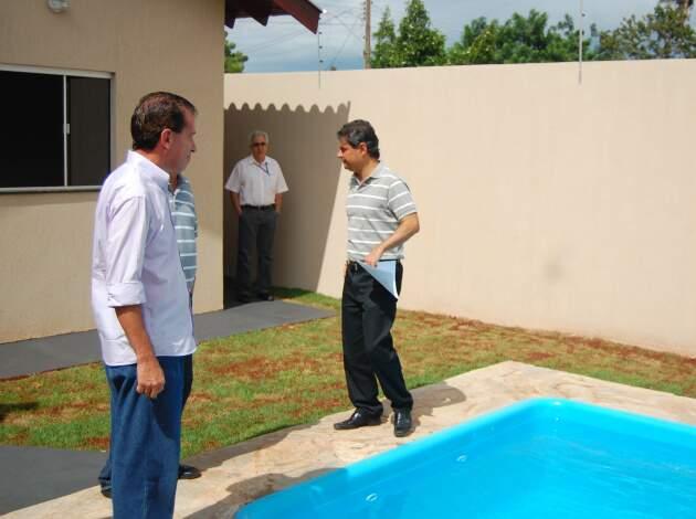 O prefeito visitou esta manhã casa que vai ser sorteada entre contribuintes em dia com o IPTU (Foto: Marlon Ganassim)