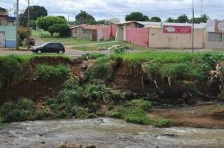 Processo erosivo avança sobre asfalto na Ernesto Geisel. (Foto: Alcides Neto)