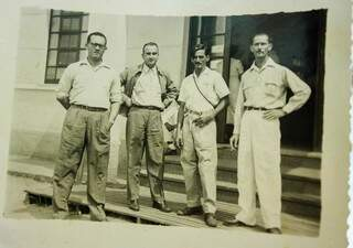 Registro antigo mostra Agostinho (terceiro da esquerda para direita) em frente à agência mais antiga da Capital (Foto: Marcos Ermínio)