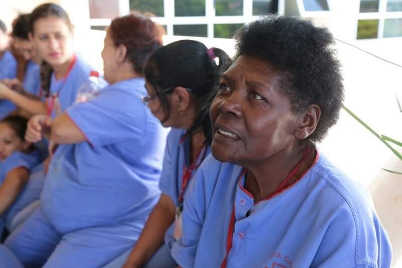 Aos 70 anos, Maria Aparecida aguarda salário para tentar evitar o corte de água e luz. (Foto: Fernando Antunes)