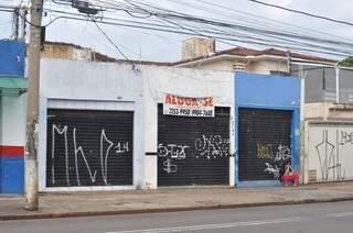 Em uma mesma quadra da rua Rui Barbosa, três prédios estão com as portas fechadas. (Foto: Marcelo Calazans)