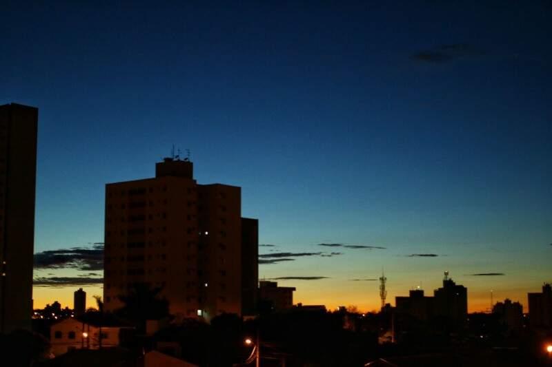 Segunda amanheceu com temperatura amena, mas dia deve ser quente. (Foto: André Bittar)