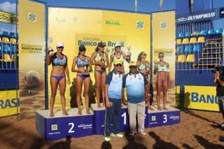 O pódio do torneio feminino teve a dupla formada por Val e Josi (RJ/SC) no lugar mais alto da etapa de Campo Grande (Foto: CBV)