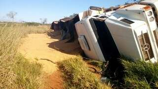 Para evitar uma colisão com outro veículo, o motorista jogou a carreta para o acostamento e acabou tombando. (Foto: Nova News)