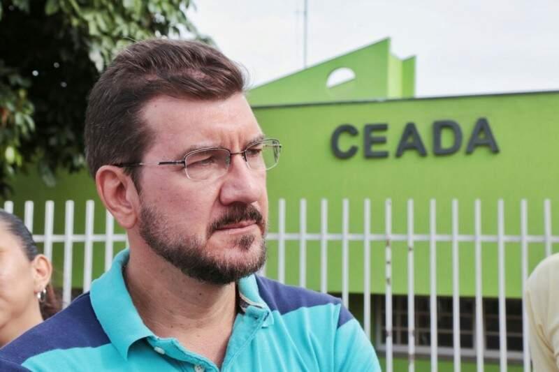 Deputado estadual Pedro Kemp em frente ao Ceada. (Foto: Fernando Antunes)