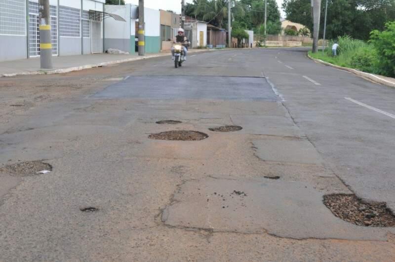 Via está cheia de remendos e buracos (Foto: Alcides Neto)