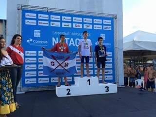 O campo-grandense Caio Fernando França com a medalha de terceiro colocado nos 200 metros livre (Foto: Divulgação)