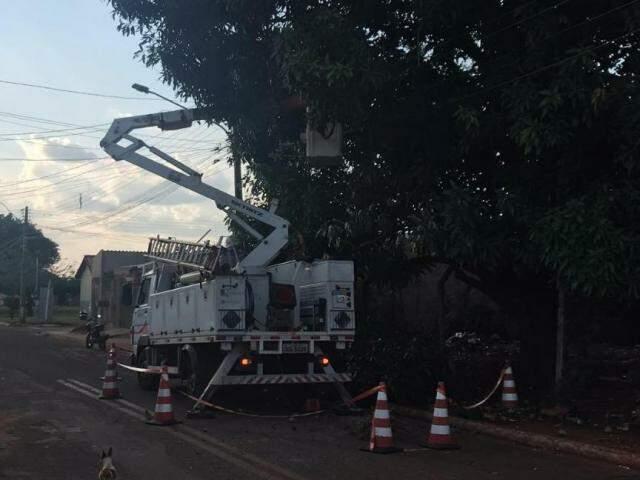 Depois de 28 horas após chamado, equipe de Energisa faz reparos na rede (Foto: Liniker Ribeiro)