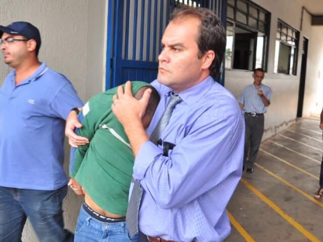 Christiano sai da delegacia com o rosto escondido após depoimento. (Foto: João Garrigó)