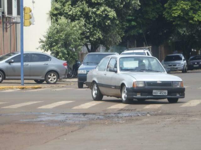 Carros desviam de buraco na Rua Pureza Carneiro Alves, no Jardim Água Boa (Foto: Helio de Freitas)