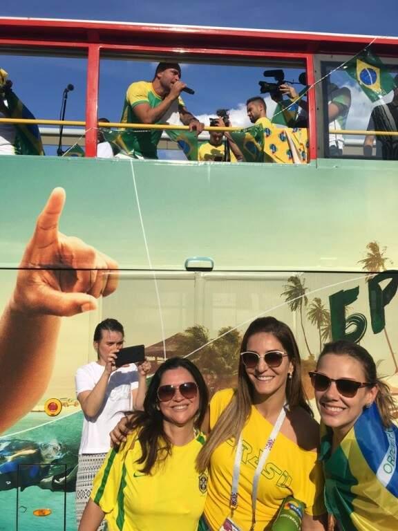 Diovana, no centro, esposa de Eduardo Teixeira, também agita a torcida no MVA