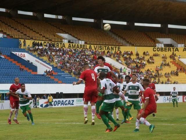 Jogadores do Comercial e Novo disputam a bola após cruzamento na área. (Foto: Marcos Ermínio)