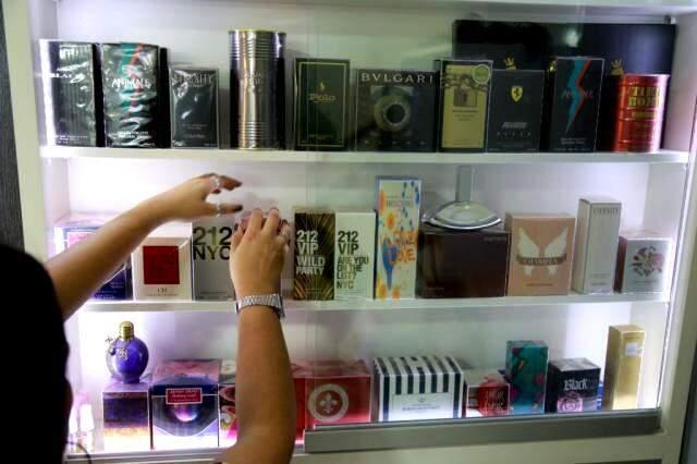 Loja também tem muitos acessórios e perfumes importados. (Foto: Alcides Neto)