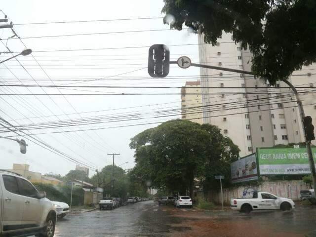 Semáforo apagado no cruzamento da Rua XV de Novembro com a Rua Bahia, no Centro de Campo Grande (Foto: Marcos Ermínio)