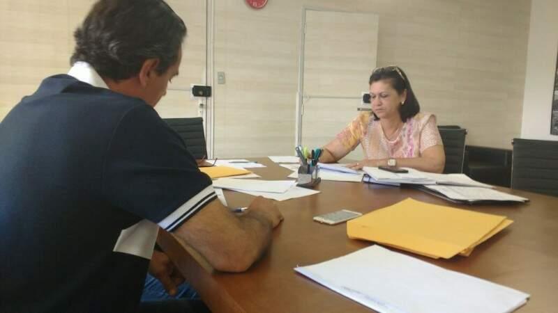 Secretária de Educação, Ilza Mateus, em reunião com prefeito neste domingo (22). (Foto: Alberto Dias)