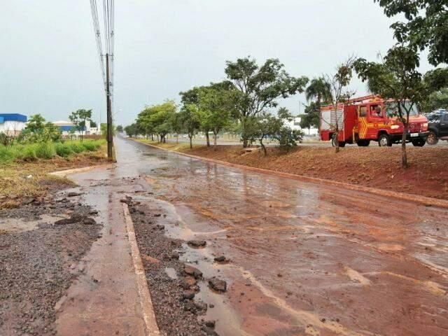 Por causa da chuva, a obra foi danificada (Foto: Fernando Antunes)