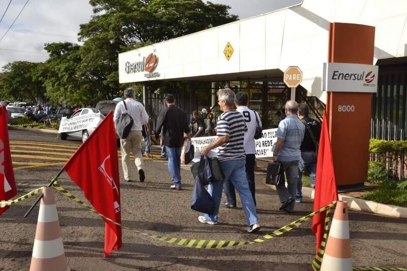 Funcionários da Enersul temem demissões com proposta da Energisa. (Foto: Arquivo)