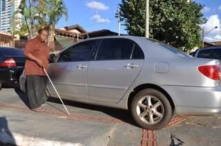 No caminho diário de Damião Zacarias para levar o filho de 2 anos na creche é rotina encontrar veículos estacionados no piso tátil (Foto: Marcelo Calazans)