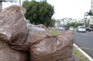Solurb orienta cidadãos a não colocarem lixo na porta de casa (Foto: Cleber Gellio)