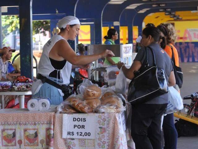 Rosenilda vende pães e bolos no Terminal General Osório há cinco anos. (Foto: Alcides Neto)