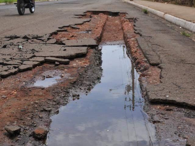 Trecho da Rua Minas Novas em que o asfalto cedeu e foi levado pela chuva. (Foto: Alcides Neto)