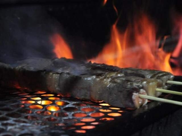 No churrasquinho, a diferença é o tempero com ervas. (Fotos: João Garrigó)