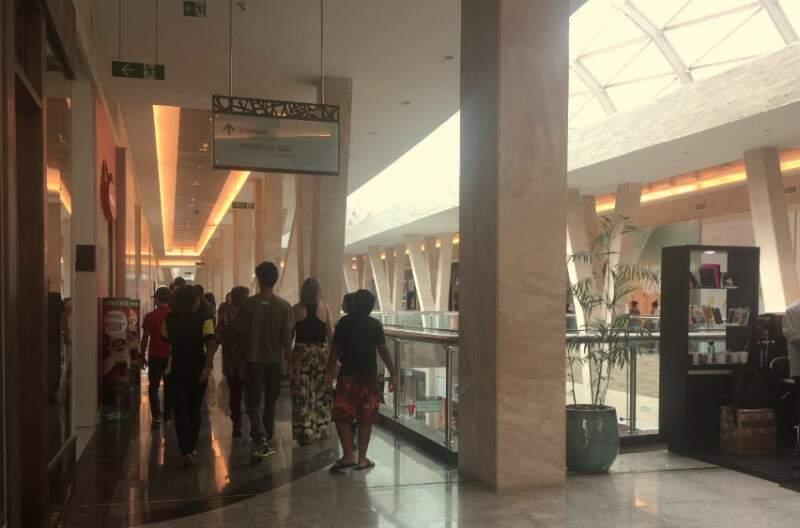 Movimento no shopping Bosque dos Ipês.  (Foto: Divulgação)