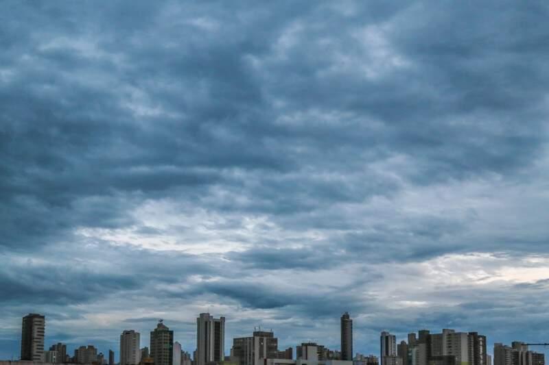 Em Campo Grande, a terça-feira (27) amanhece com céu encoberto pelas nuvens e mínima de 22ºC. (Foto: Fernando Antunes)