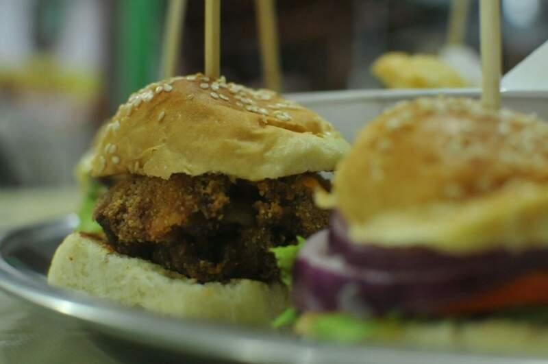 Tem hambúrguer recheado e cebola empanada. (Foto: Alcides Neto)