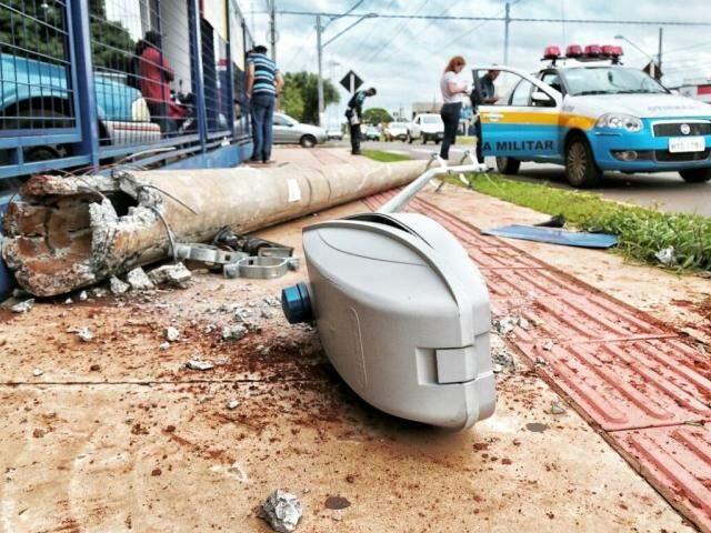 Policiais de trânsito registram a ocorrência, que ocorreu em frente ao supermercado Pires (Foto: Fernando Antunes)