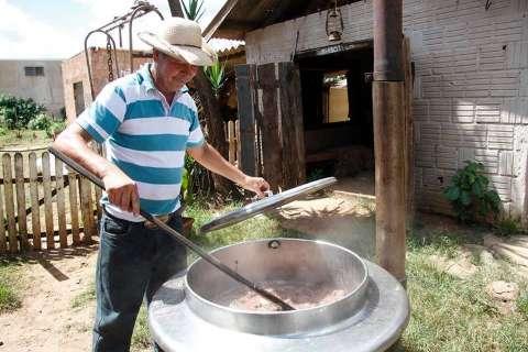 Há 24 anos, rancho na cidade tem de petisco a feijoada e só cobra pela bebida