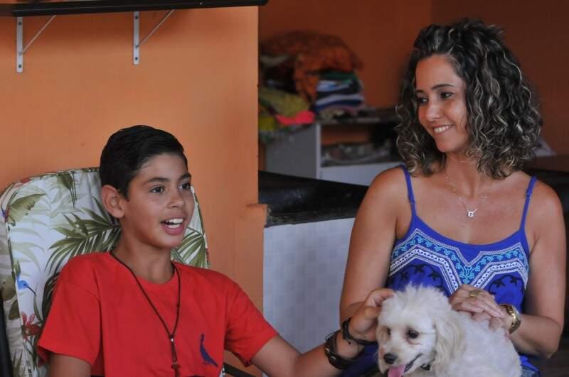 E João com a mãe Giselle e a cachorrinha. (Foto: Alcides Neto)