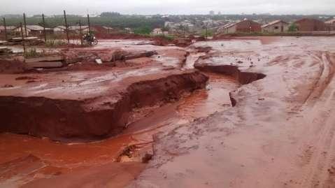 Chuva de 126 milímetros em 15 horas causa estrago em bairros sem asfalto