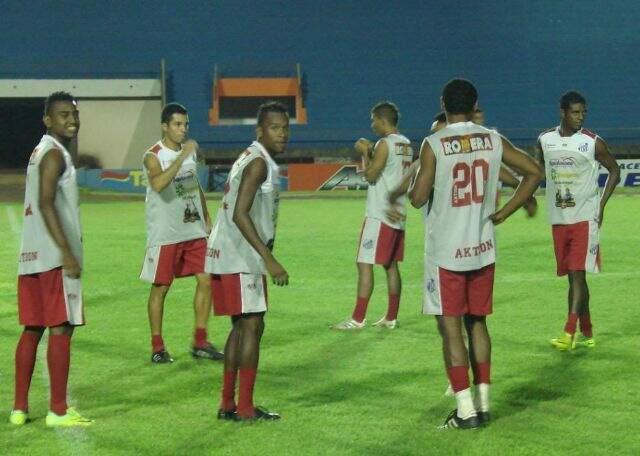 Equipe treinou na noite de ontem no estádio Douradão. (Foto: Gazeta MS)