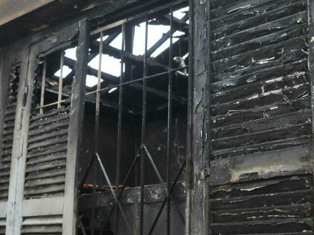 Telhado da sala do imóvel também foi completamente danificado. (Foto: Alcides Neto)