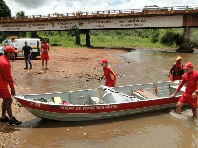 Bombeiros encontraram corpo boiando próximo de ponte onde foi visto pela última vez (Foto: Olimar Gamarra)