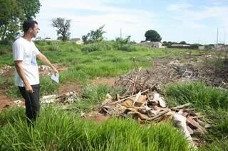 André Aloy mostra lixão formado atrás de posto de saúde (Foto: Marcos Ermínio)