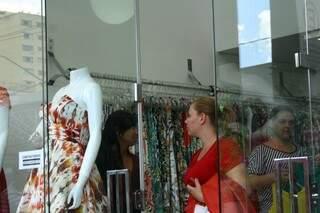 Nas lojas de roupas, consumidores pesquisam preços, mas comprar, só perto do Natal (Foto: Marcos Ermínio)