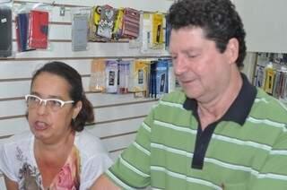 Ana Paula de Oliveira Pinto e Valdir José Basso, são proprietários de uma loja na Rui Barbosa, e reclamam do esquecimento dos clientes. (Foto: Marcelo Calazans)